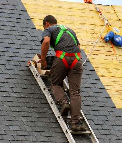 Charpentier couvreur sur un toit à Versailles